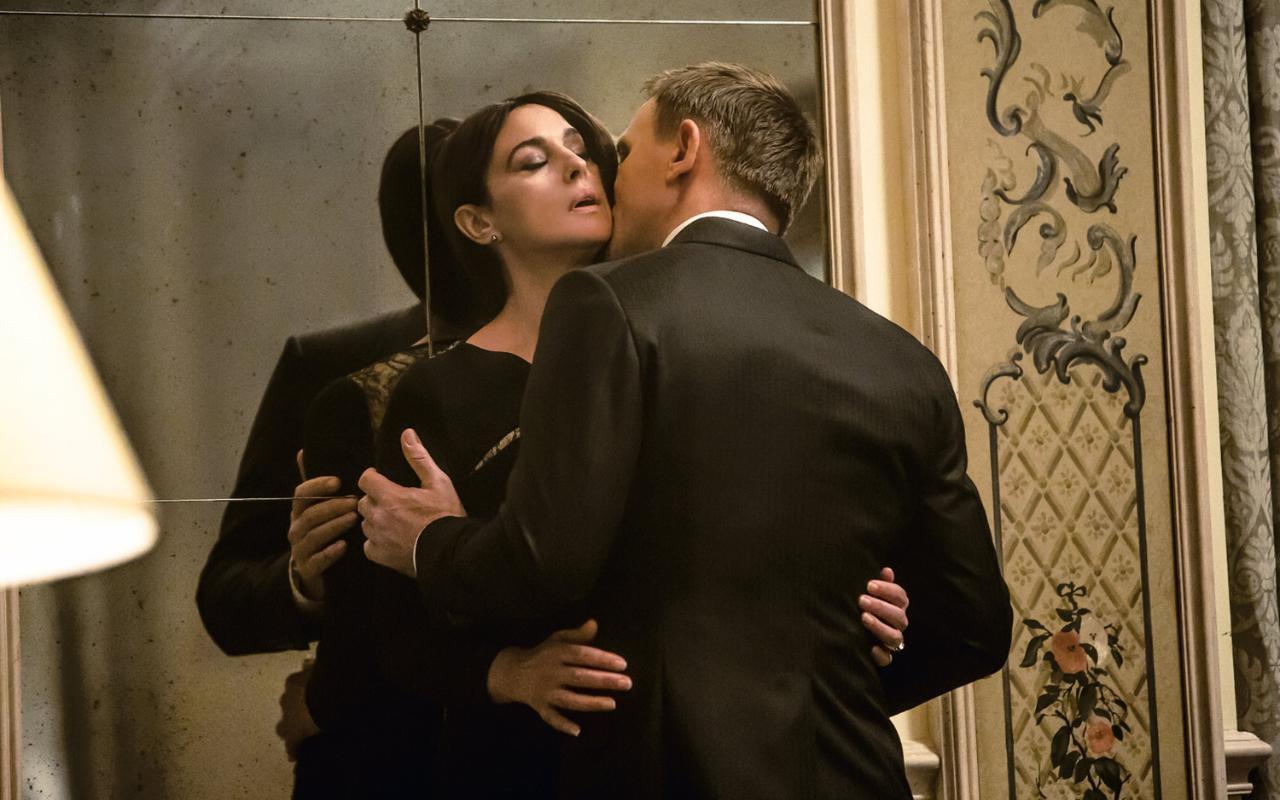 Scena passionale Monica Bellucci e Daniel Craig Spectre 007