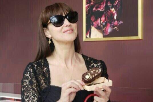 Monica Bellucci che mangia il gelato