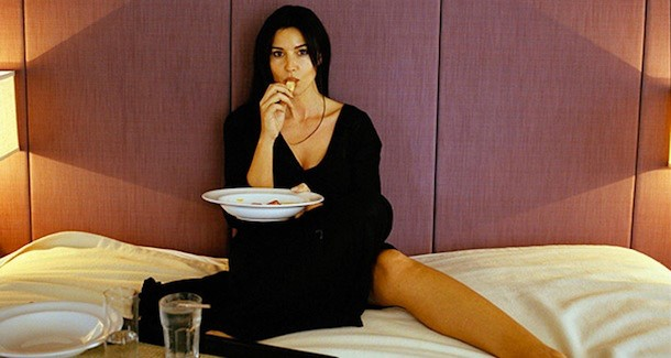 Monica Bellucci che mangia