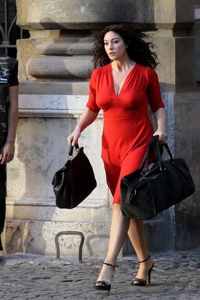 Monica Bellucci look elegante con borse